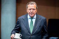 ARCHIV - 01.07.2020, Berlin: Gerhard Schröder (SPD), ehemaliger Bundeskanzler und jetziger Leiter Verwaltungsrat Nord Stream 2, wartet auf den Beginn der Anhörung im Wirtschaftsausschuss des Bundestags zum Pipeline-Projekt Nord Stream 2 im Sitzungssaal, und hält eine Kaffeetasse in der Hand. Wegen seiner Jobs bei russischen Energiekonzernen und seiner Nähe zu Putin wird Altkanzler Schröder viel kritisiert. Zum Fall Nawalny hat er lange geschwiegen. Jetzt nennt er Schuldzuweisungen an Russland Spekulation und formuliert Erwartungen an die Bundesregierungen. Foto: Kay Nietfeld/dpa +++ dpa-Bildfunk +++