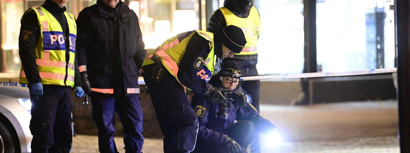 Ermittler untersuchen den Tatort am Mittwochabend.
