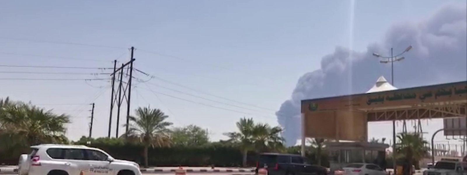 Dichte Rauchschwaden über der weltweit größten Ölverarbeitungsanlage.