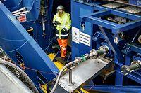 29.09.2021, Schleswig-Holstein, Brunsbüttel: Ein Arbeiter überwacht im Elbehafen eine LNG-Betankung an einem Containerschiff, welches mit 20 Tonnen klimaneutralem und synthetischem Kraftstoff LNG betankt wird. Foto: Axel Heimken/dpa +++ dpa-Bildfunk +++