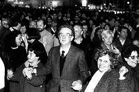 Jorge Sampaio, na altura presidente da Câmara Municipal de LIsboa, no meio da multidão no desfile comemorativo do 25 de Abril, na praça do Rossio, em Lisboa, em 1990.