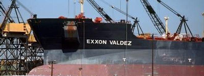 """Der Tanker Exxon Valdez bei Reparaturarbeiten im Hafen von San Diego/Kalifornien (Archivbild 1989). Exxon Mobile muss für das Unglück der """"Exxon Valdez"""" mehr als 507 Millionen Dollar zahlen."""