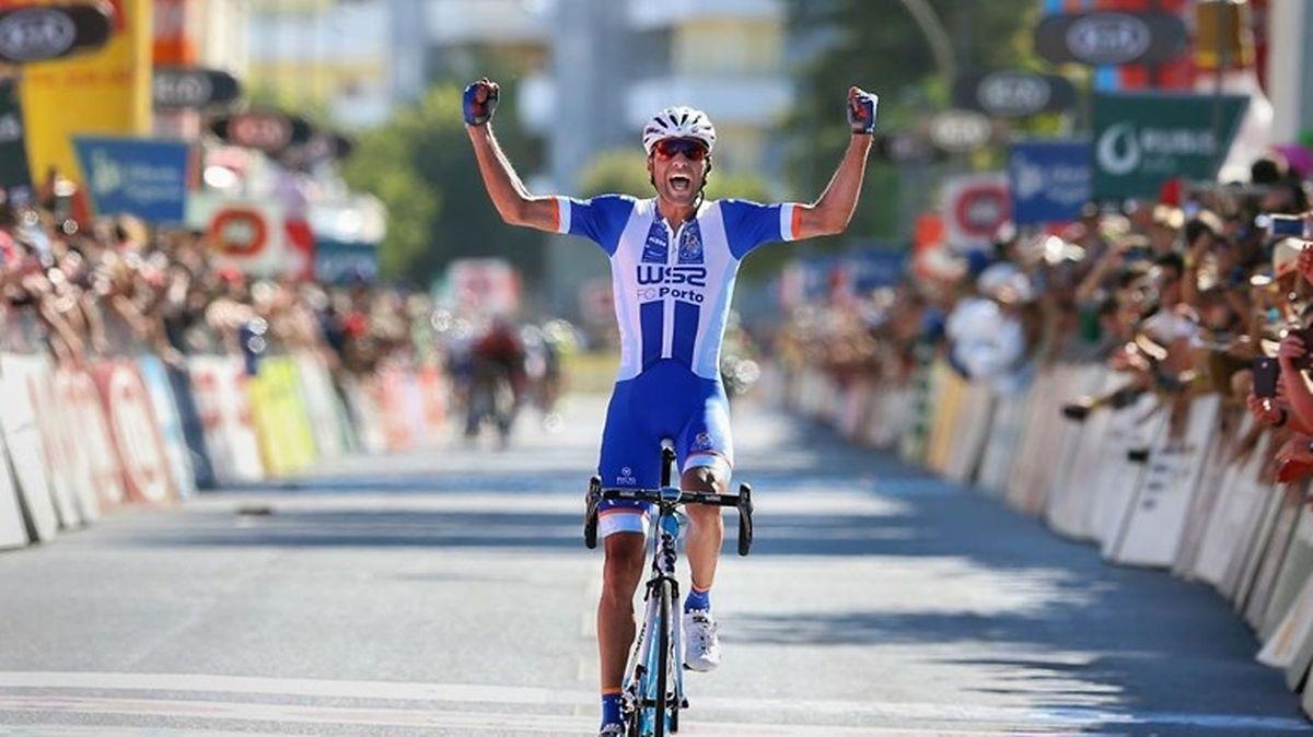 Ciclista do W52 FC Porto numa prova em Portugal.
