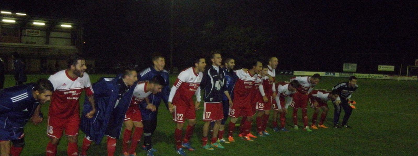 Les joueurs de Mertzig saluent leurs supporters après leur victoire sur Hosingen.