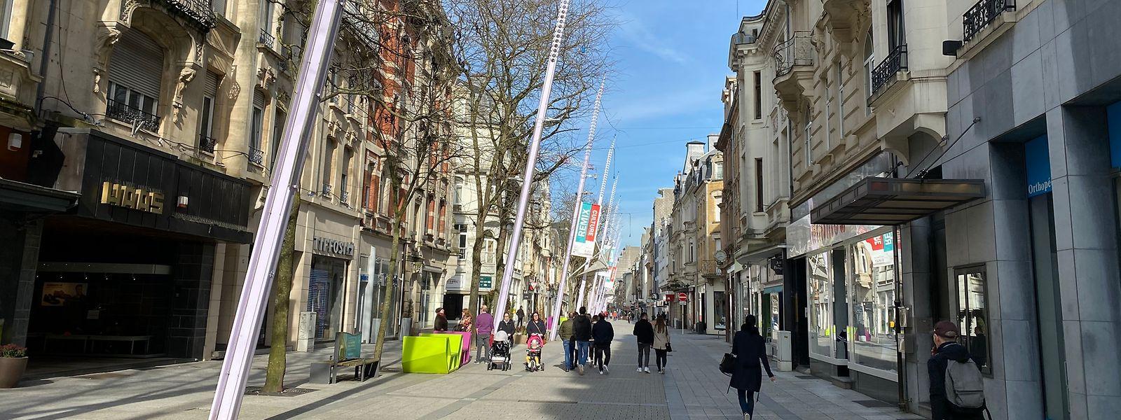 Von Trubel keine Spur: Die Einkaufsstraße in Esch passierte gestern kein Karnevalsumzug, sondern lediglich einige Flaneure, die von dem frühlinghaften Wetter profitierten.