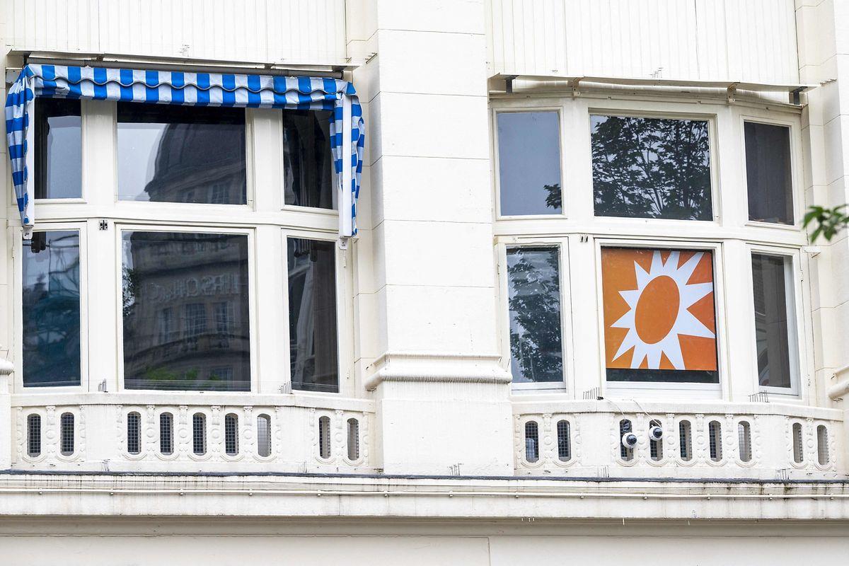 Polizei steht vor dem Studio von RTLBoulevard am Leidseplein, das evakuiert wurde. Wenige Tage nach dem Mordanschlag auf den niederländischen Kriminalreporterde Vries ist am Samstag eine Fernsehsendung wegen Drohungen abgesagt worden.
