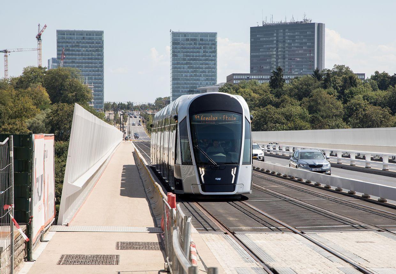 Geschafft: Die Tram überquert die Rout Bréck.