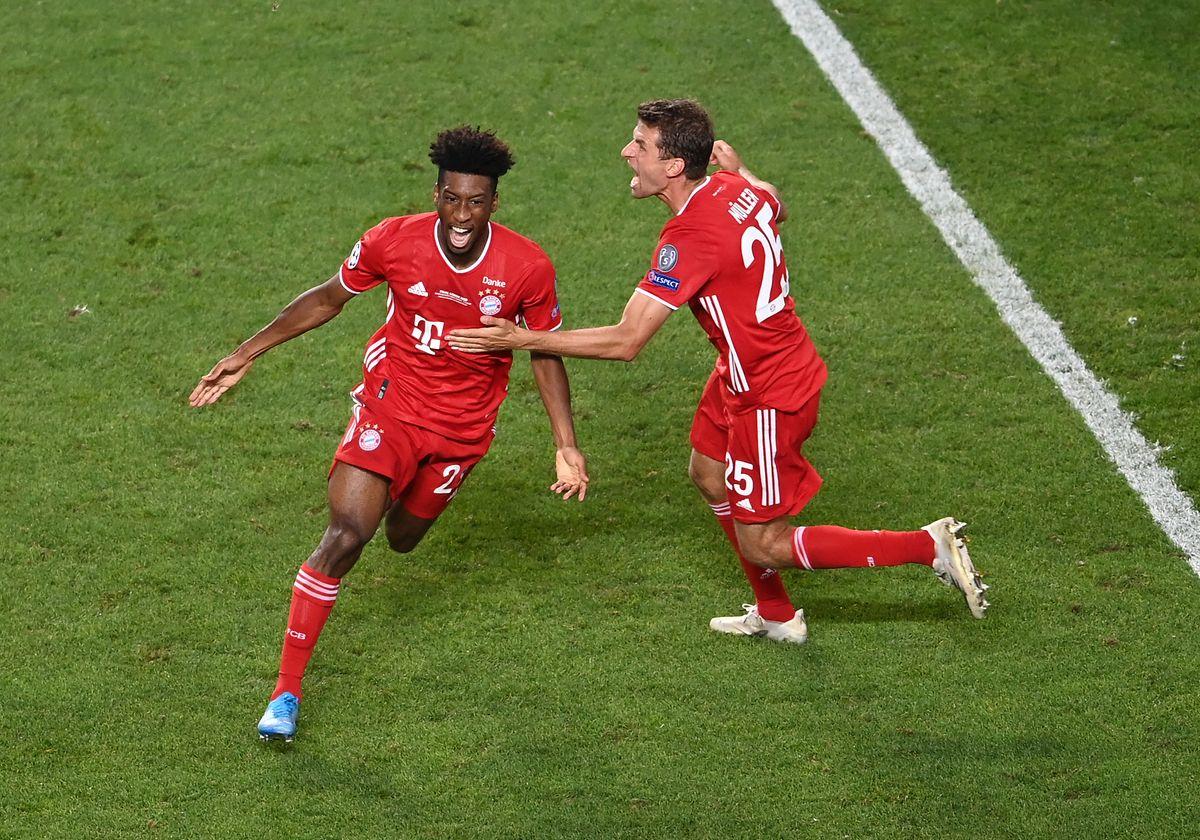 Kingsley Coman e Muller celebram o golo do do Bayern.