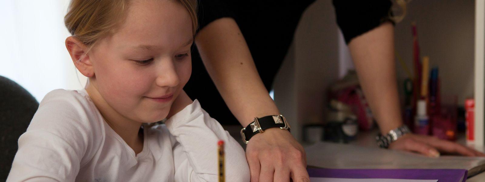 Damit Grundschüler bei Hausaufgaben und beim Lernen motiviert bleiben, können Eltern einiges tun.