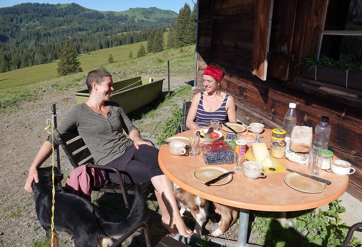 Frühstückspause für Lotta Bess (28, r) und Jule Fründt (25).