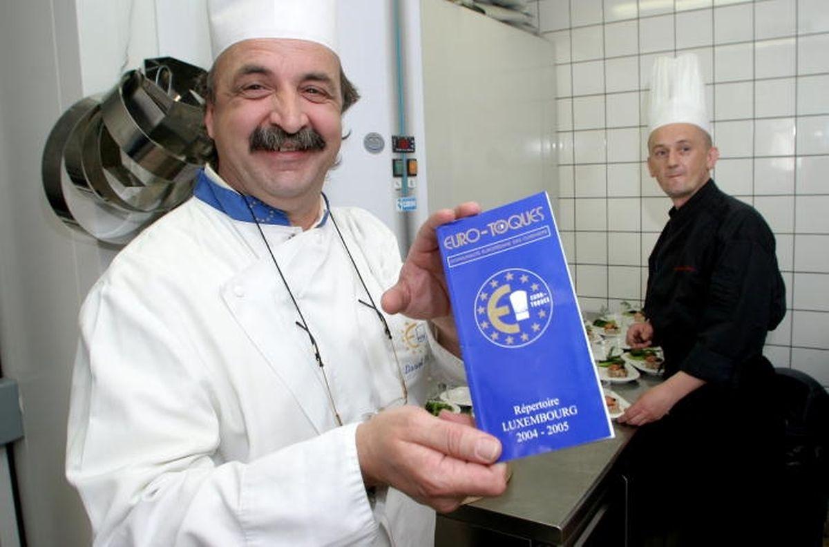 Il portait la moustache à cette époque: Daniel Rameau présente le répertoire Euro-Toques Luxembourg 2004-2005.À l'arrière-plan, le chef Anthony Péan.