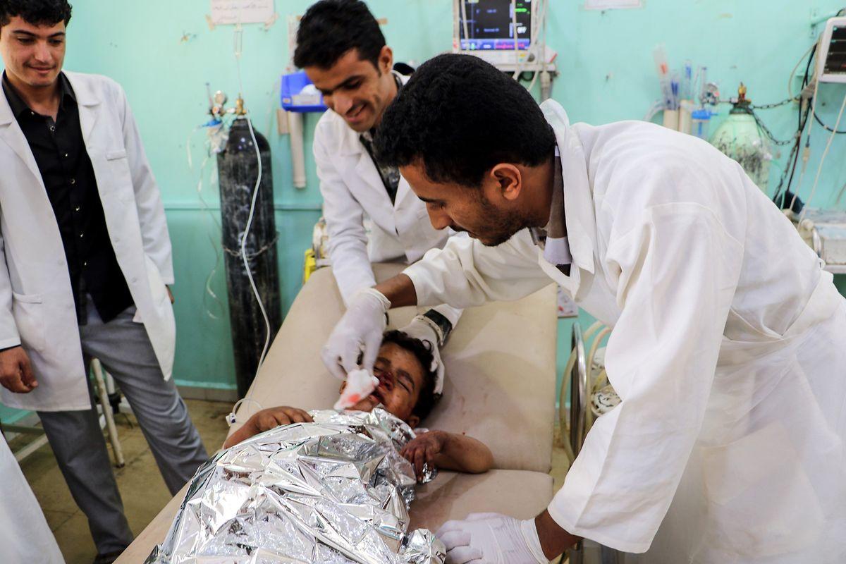 Ein verletzter Junge wird nach einem Luftangriff in einem Krankenhaus behandelt.