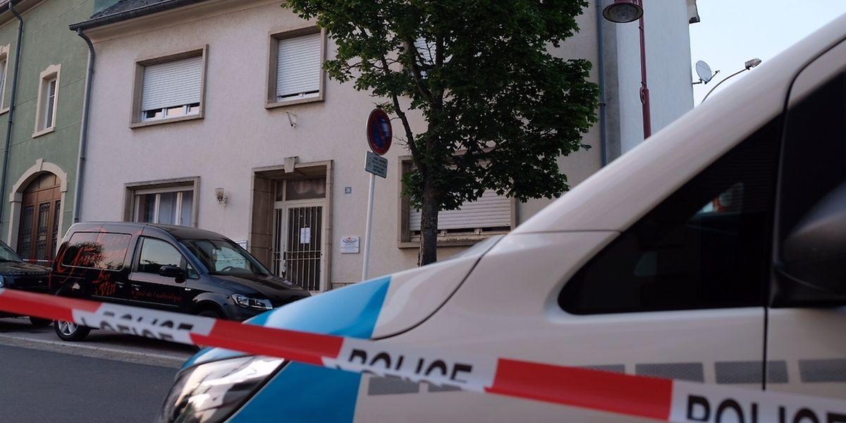 Die Polizei sperrt den Raum um den Tatort in der Rue de la Gare in Remich am späten Nachmittag des 24. Juli 2018 großräumig ab. Ein junger Mann hat zuvor in einer Wohnung seine Partnerin getötet.