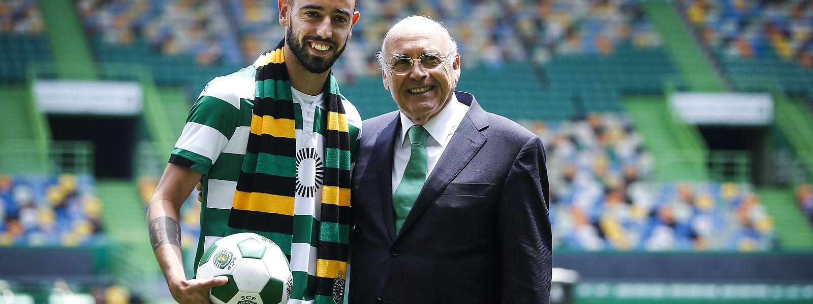 Bruno Fernandes (E) acompanhado do presidente Sousa Cintra durante a sua reapresentação no Estádio José de Alvalade em Lisboa.
