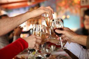 Legal, aber nicht risikofrei: Die Erfahrung mit Alkohol zeigt, dass der verantwortungsvolle Umgang mit Drogen erlernbar ist.