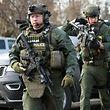 15.02.2019, USA, Aurora: Polizisten sind in der Nähe des Tatorts in Aurora, wo ein Schütze das Feuer eröffnet haben soll. Mehrere Menschen sollen verletzt sein. Foto: Megan Jones/Becon News/dpa +++ dpa-Bildfunk +++