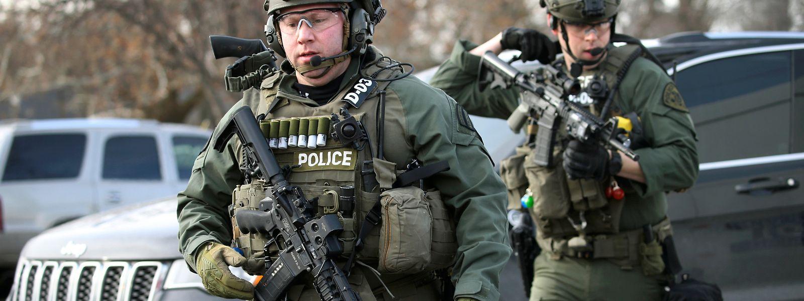Polizisten sind in der Nähe des Tatorts in Aurora, wo ein Schütze das Feuer eröffnet haben soll.