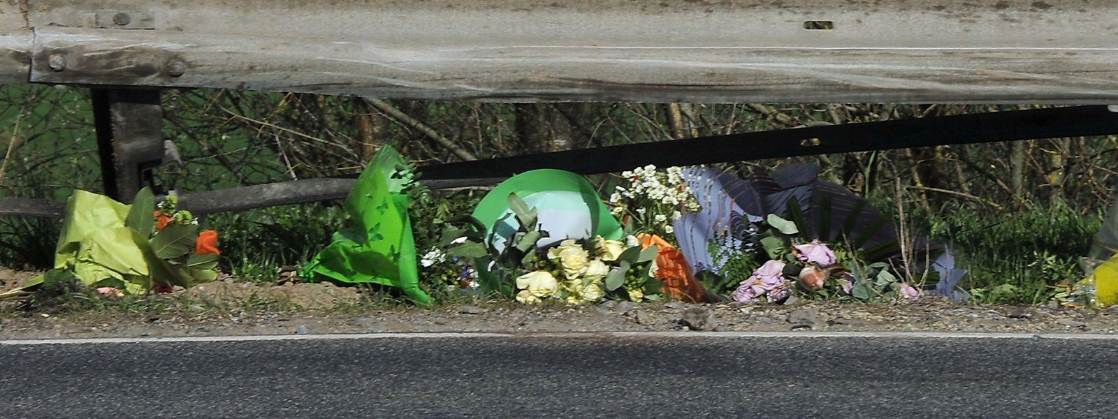 An der Unfallstelle in Lausdorn sind die Spuren des Unfalls noch immer deutlich sichtbar. Unbekannte haben entlang der N7 Blumen im Gedenken an den verstorbenen Polizisten niedergelegt.