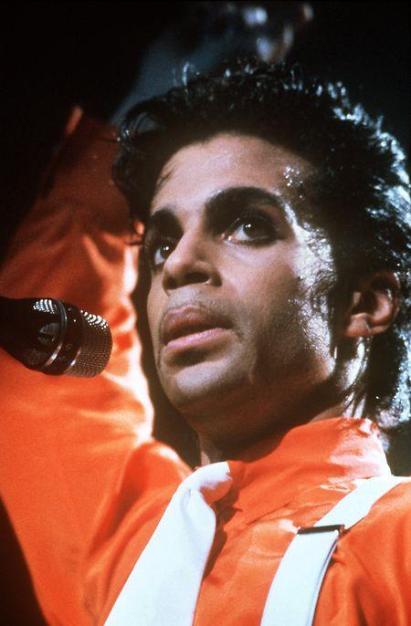 Der US-amerikanische Popsänger und Musiker Prince während seines Auftritts im Frankfurter Waldstadion.