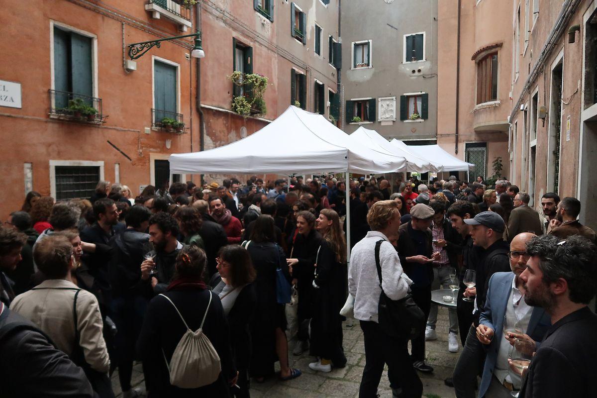 Diskussionsstoff: Die Eröffnung des Pavillons zog zahlreiche Kulturfreunde  und Szenekenner an.