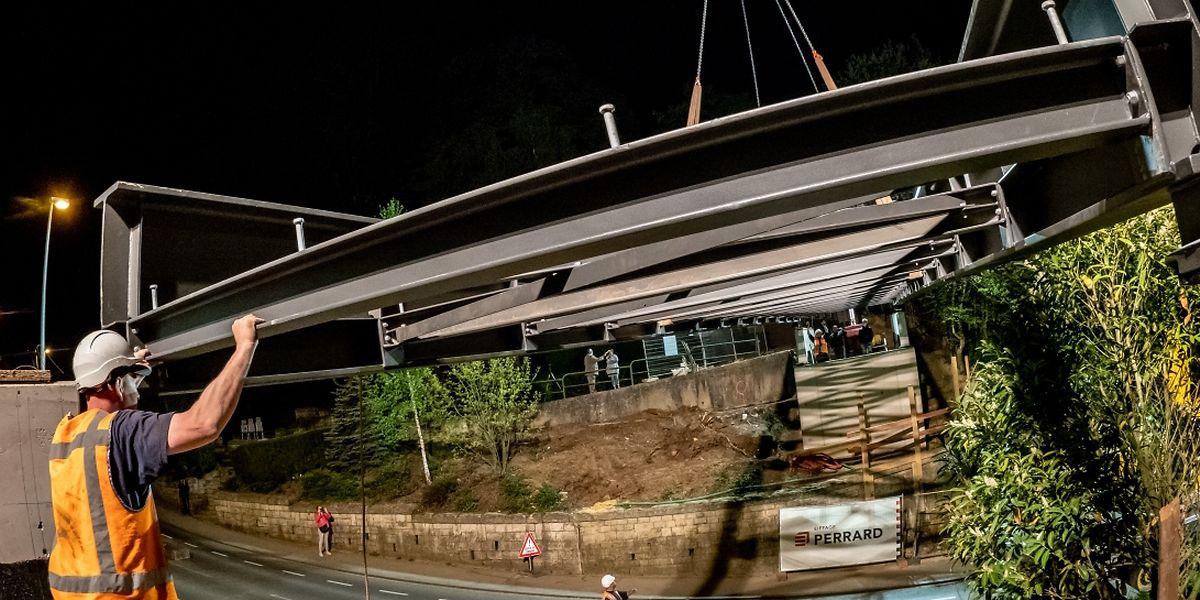 Das Gerüst der neuen Fußgängerbrücke in Niederkorn wurde in der Nacht zum Mittwoch installiert.