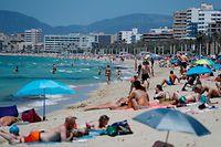 ARCHIV - 29.05.2021, Spanien, Arenal: Menschen sonnen sich am Strand von Arenal. Die britische Reisewirtschaft hat sich enttäuscht über die Entscheidung der Londoner Regierung gezeigt, nur wenige Tourismusziele in Europa auf die «grüne» Corona-Reiseliste zu setzen. Aus der EU wurden nur die Mittelmeerinsel Malta sowie das zu Portugal gehörende Madeira und die spanischen Balearen mit Mallorca auf die Liste gesetzt. (zu dpa «Kaum Länder auf «grüner Liste»: Britische Reisewirtschaft enttäuscht») Foto: Clara Margais/dpa +++ dpa-Bildfunk +++