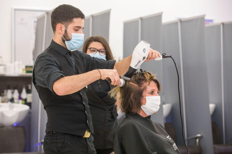 Pas la foule des grands jours chez les coiffeurs installés à la Belle Etoile mais les coiffeurs ont pu se refaire la main.