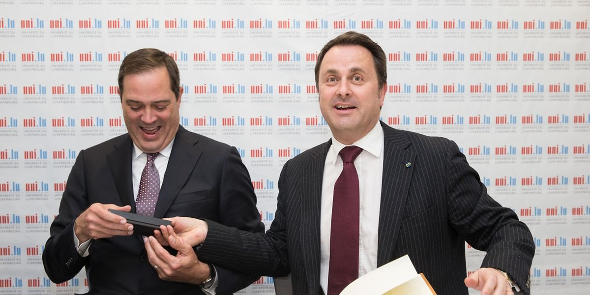 Chuck Robbins, CEO de Cisco, et Xavier Bettel, Premier ministre, au moment de la signature du livre d'or de l'incubateur de l'université du Luxembourg.