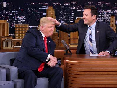 """Une photo prise pendant """"The Tonight show"""" diffusé sur la chaîne américaine NBC. Le candidat républicain Donald Trump était l'invité de Jimmy Fallon."""