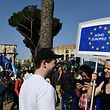 Demonstranten in Rom zeigen Flagge.