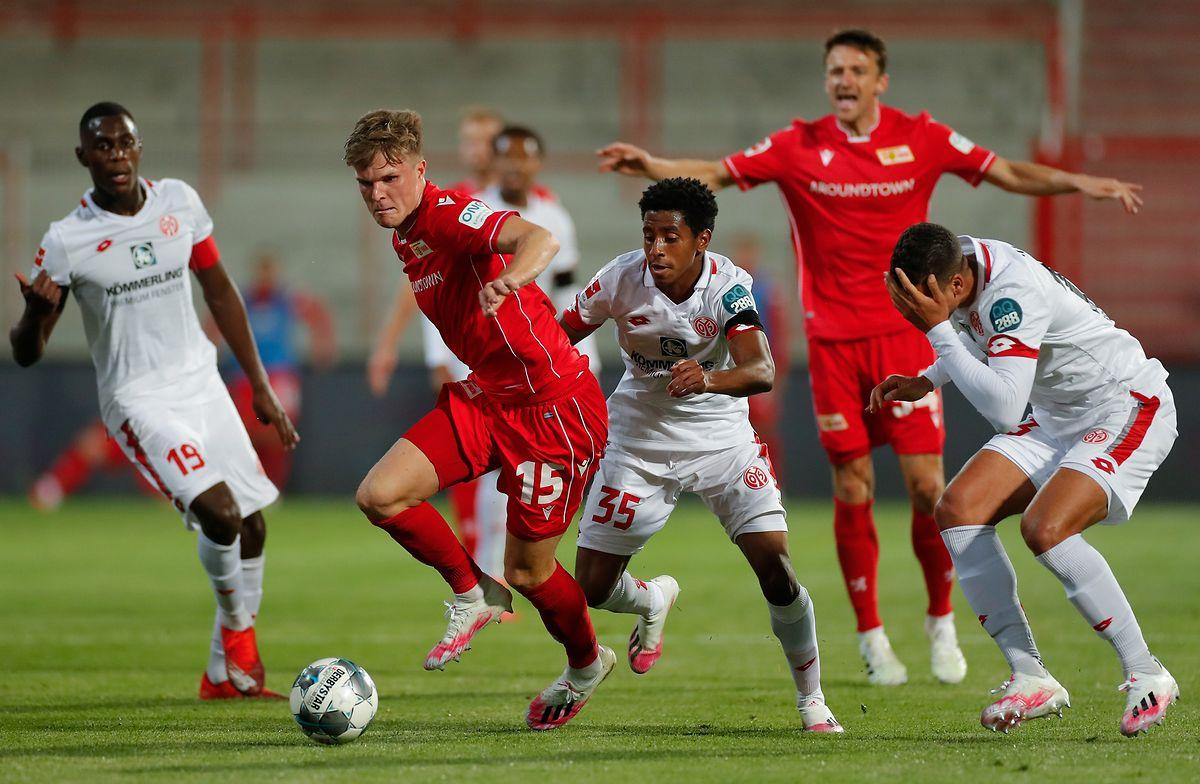 Leandro Barreiro (M.) und seine Mainzer kommen trotz Überzahl gegen Union Berlin nicht über ein Unentschieden hinaus.