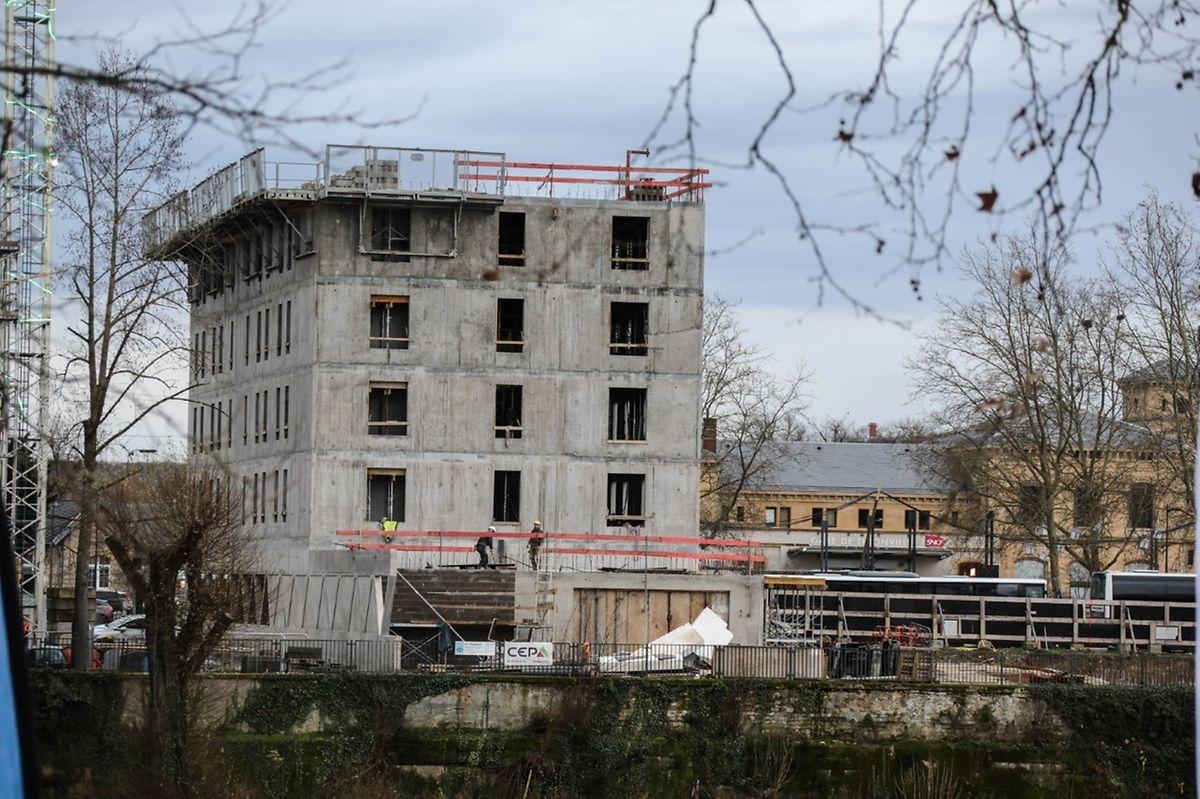 Sur le parvis de la gare, l'hôtel B&B, en construction.