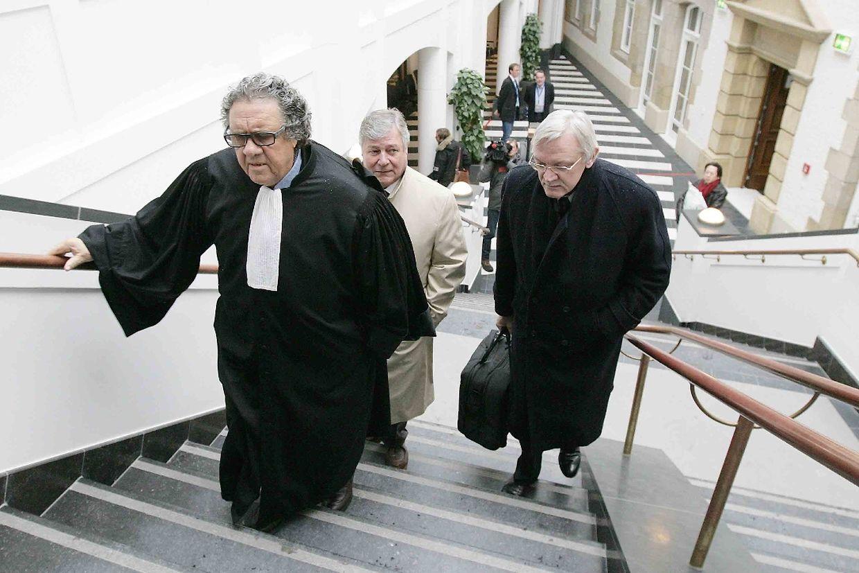 Star-Anwalt Gaston Vogel, gefolgt von den Angeklagten Marc Scheer und Jos Wilmes (von links).