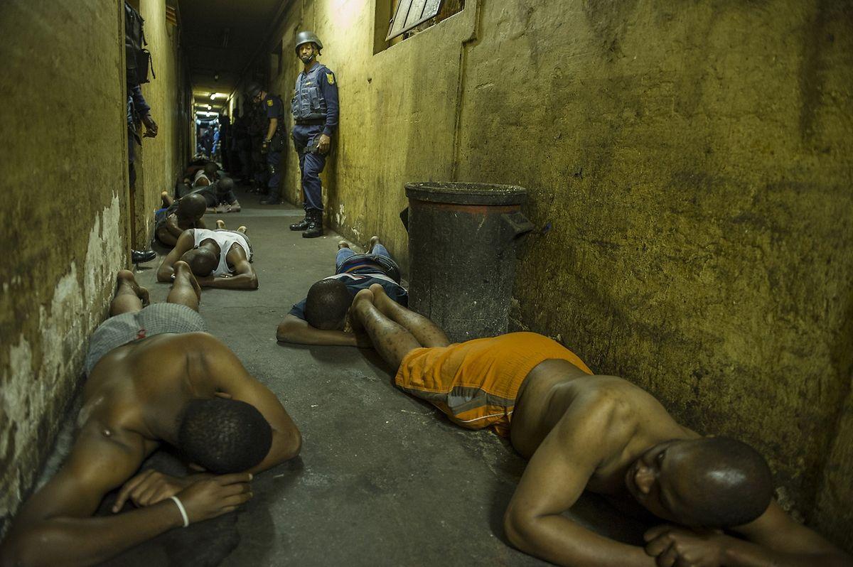 Südafrikanische Polizisten der SADF (South African Defence Force) verhaften die gewaltbereiten Zulu im brisanten Bezirk in Johannesburgs. Bereits mehr als sieben Menschen mussten durch Ausländerfeindlichkeiten ihr Leben lassen.