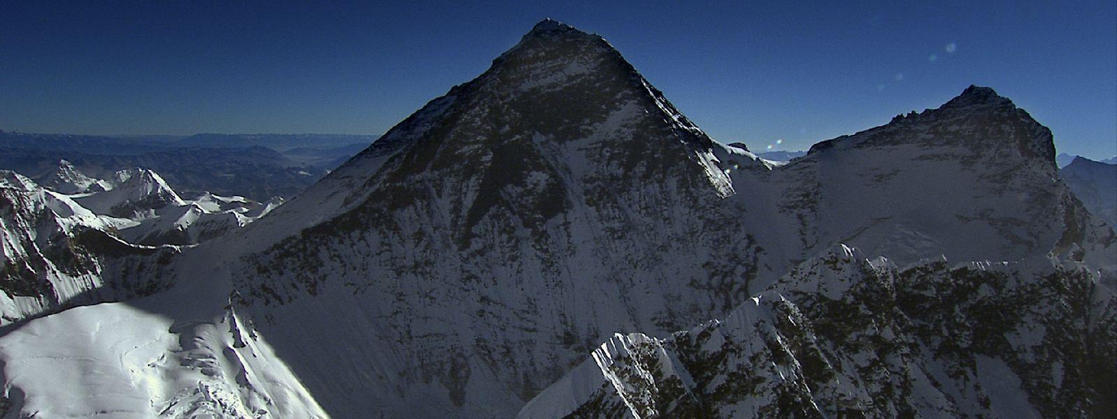 Für manche ein Lebenstraum: Einmal auf dem höchsten Gipfel der Erde zu stehen. Für viele Nepalesen sichert der Berg auch ihren Lebensunterhalt.