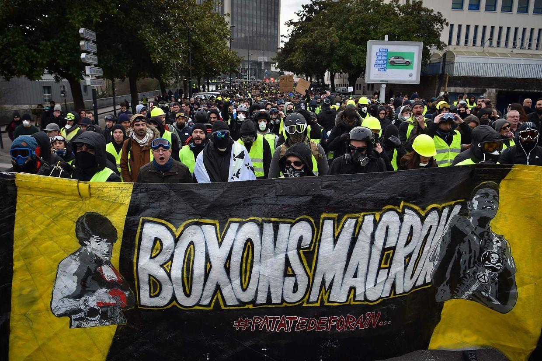 Das neunte Wochenende in Folge demonstrierten am Samstag in ganz Frankreich Zehntausende Gelbwesten.