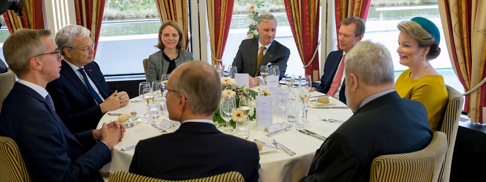 Le couple royal belge et le grand-duc Henri, aux côtés de ministres sur le MS Princesse-Astrid.