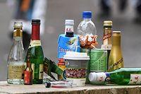 """ARCHIV - 24.02.2020, Baden-Württemberg, Rottweil: Leere Flaschen diverser alkoholischer Getränke stehen beim Narrensprung auf einer Mauer. Hunderte Jugendliche landen jedes Jahr mit einer Alkoholvergiftung in Kliniken. Ein Plakatwettbewerb unter Schülerinnen und Schülern soll zum Nachdenken anregen. Jetzt stehen die Brandenburger Sieger fest. (zu dpa """"Gegen Komasaufen: Preisträger von Plakatwettbewerb geehrt"""") Foto: Patrick Seeger/dpa +++ dpa-Bildfunk +++"""