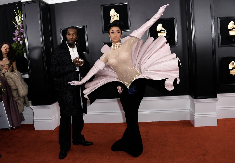 A rapper Cardi B na passadeira com o marido Offset.A cantora fez história como a primeira artista a solo a ganhar o Melhor Álbum de Rap (Lauryn Hill venceu como membro do grupo Fugees nos Grammy de 1997).