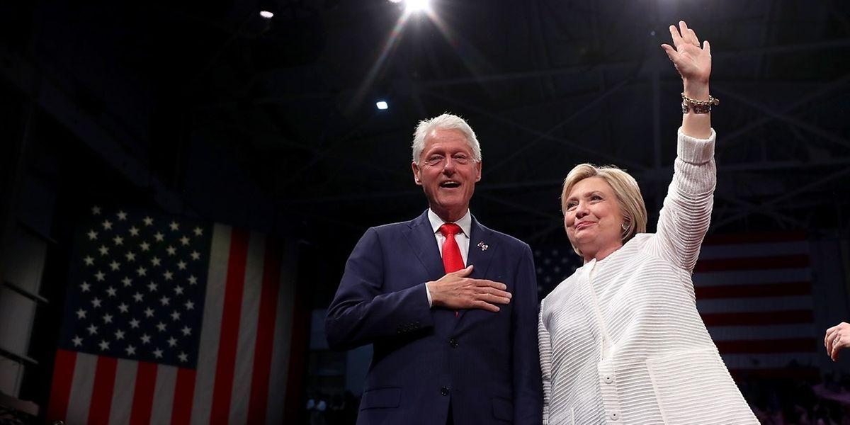 """La candidate démocrate a largement dépassé la majorité de délégués requise pour l'investiture, après avoir remporté trois nouveaux Etats (New Jersey, Nouveau Mexique, Dakota du Sud) lors du dernier """"super mardi"""" des primaires."""