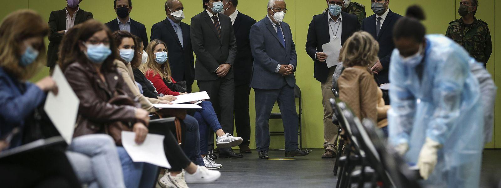 O primeiro-ministro António Costa, ladeado pelo ministro da educação, Tiago Brandão Rodrigues, durante o início da vacinação dos professores e funcionários do pré-escolar e primeiro ciclo, no Pavilhão Multiusos de Odivelas, em Lisboa.