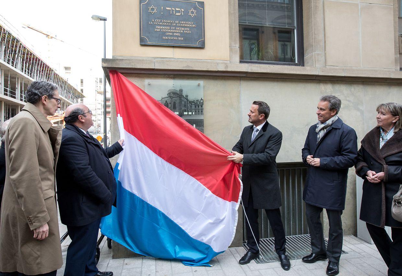 Premierminister Xavier Bettel und der Vorsitzende des Consistoire israélite de Luxembourg, Albert Aflalo, enthüllten die Gedenktafel.