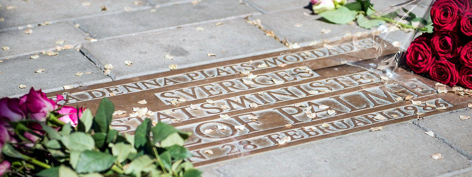 Blumen neben dem Gedenkstein des ehemaligen schwedischen Premiers Olof Palme, der am 28. Februar 1986 an dieser Stelle in Stochholm ermordet wurde.