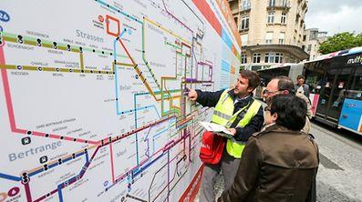 Der Fahrplan mit den neuen Linien sieht für einige Menschen eher unübersichtlich aus. Doch bei Fragen und Unklarheiten stehen hilfsbereite Mitarbeiter der Stadt Luxemburg Rede und Antwort.