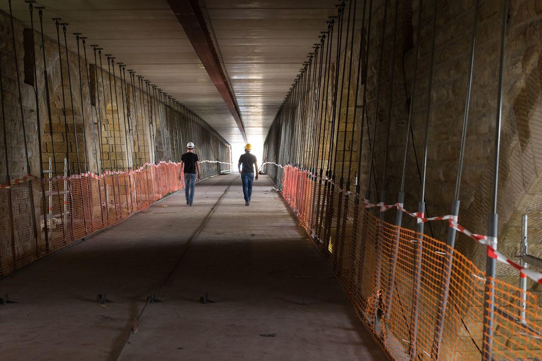 Die Metallkonstruktion wurde in diesen Tagen zwischen den Bögen des Pont Adolphe, unterhalb der Fahrbahnplatte, angebracht.