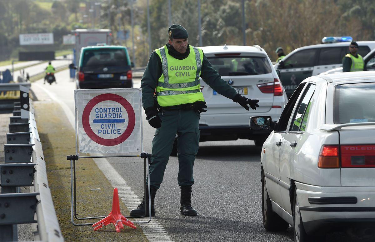 Un contrôle de la garde civile espagnole à la frontière entre Tui et Valence. Les Premiers ministres portugais et espagnol ont décidé de restreindre la circulation routière entre les deux pays.