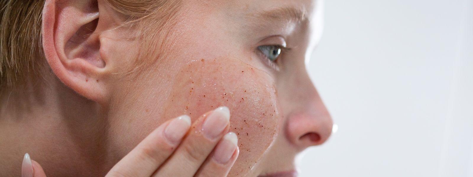 Mikroplastik-Teilchen in Peelings sollen helfen, alte Hautschüppchen zu entfernen.