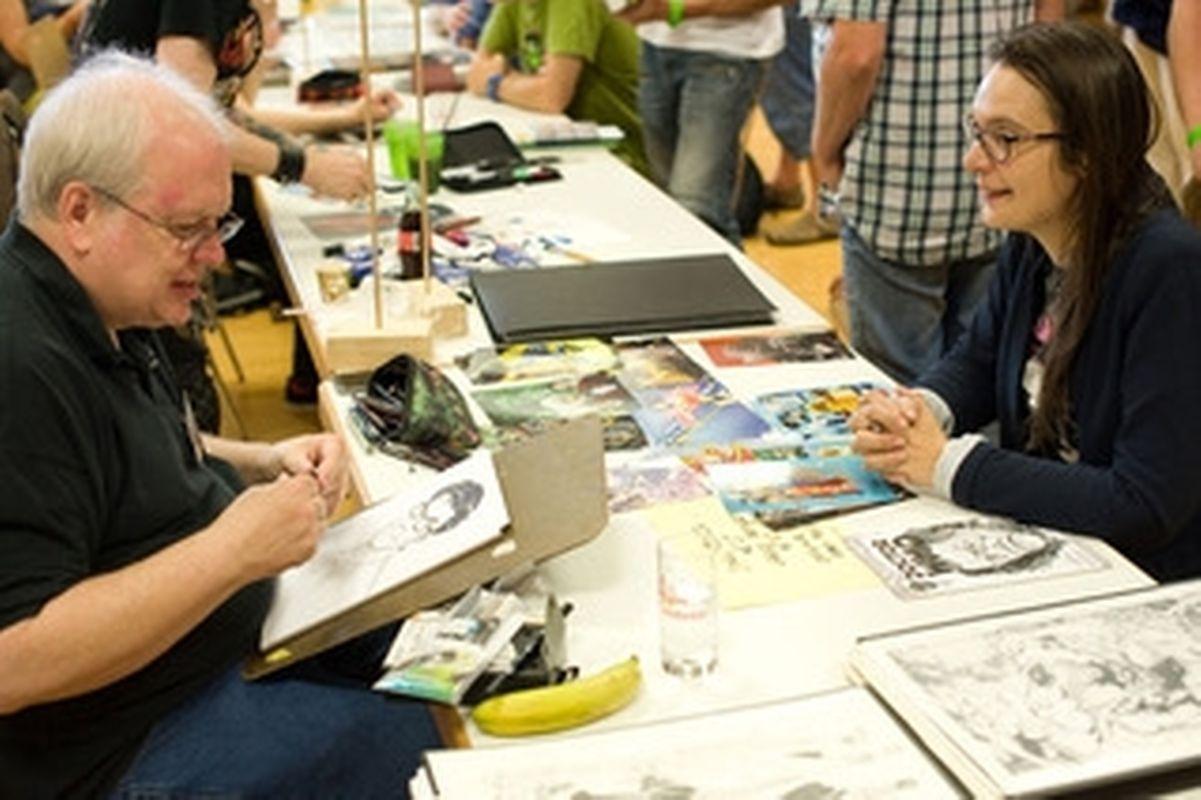 Les visiteurs ont l'occasion de parler avec les artistes.