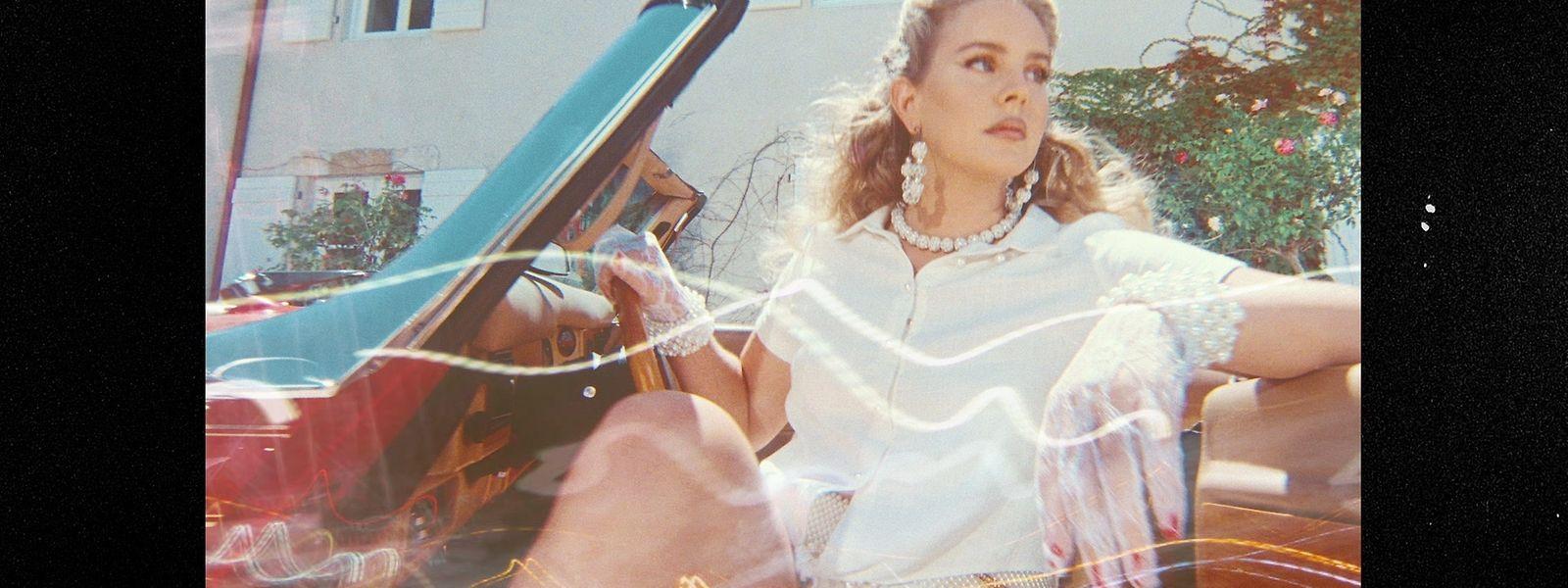 """Lana Del Rey legt mit """"Chemtrails Over The Country Club"""" ihr siebtes Album vor."""