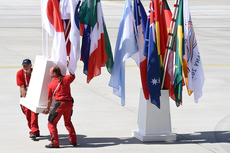 Perfekte Kulisse: Am Hamburger Flughafen gaben sich am Donnerstag die Staatschefs die Klinke in die Hand. Dafür sind jede Menge Flaggen vonnöten.